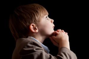 طفل يتأمل