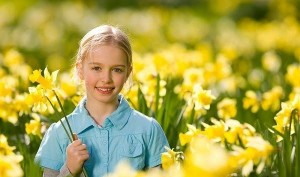 طفلة مع الزهور